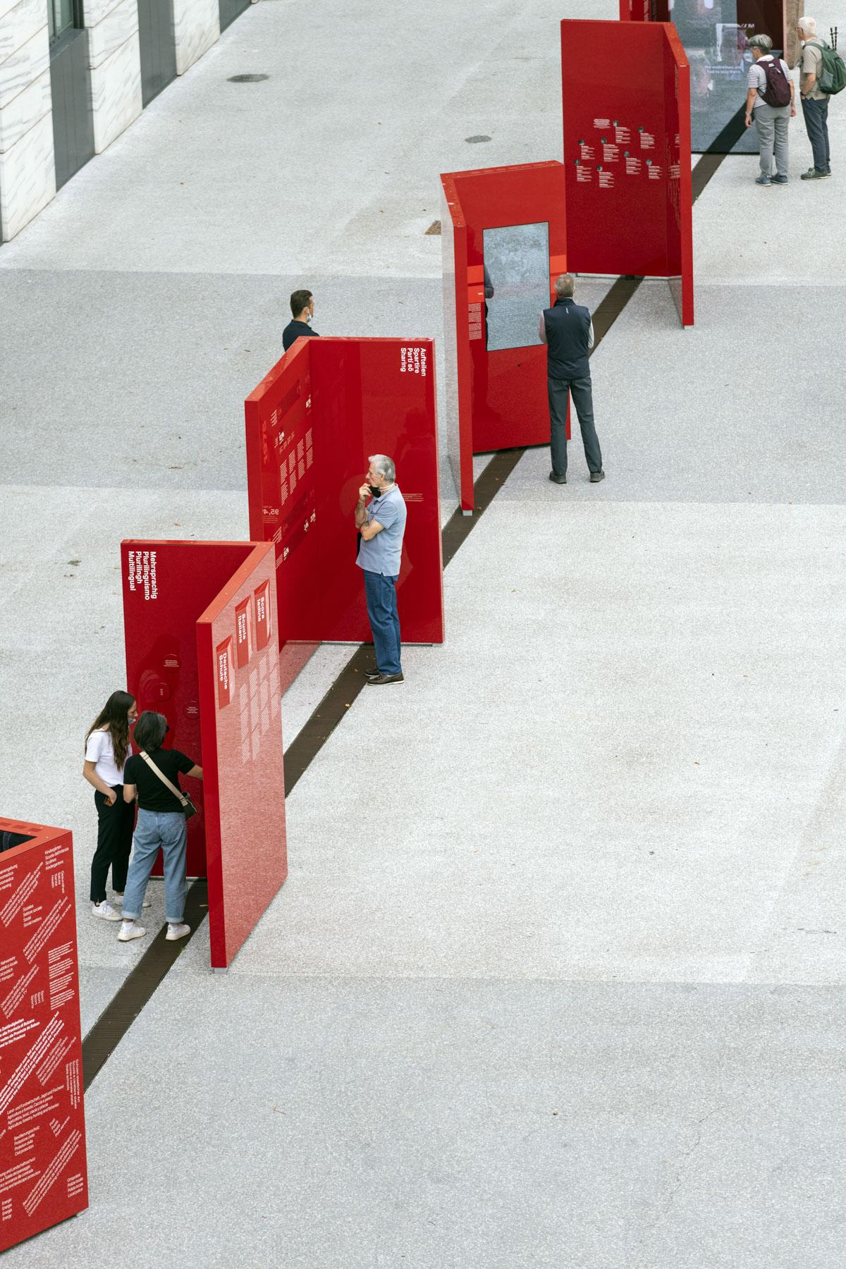 Die Besucher des Ausstellungsparcours zur Südtiroler Autonomie auf dem Silvius-Magnago-Platz in Bozen.