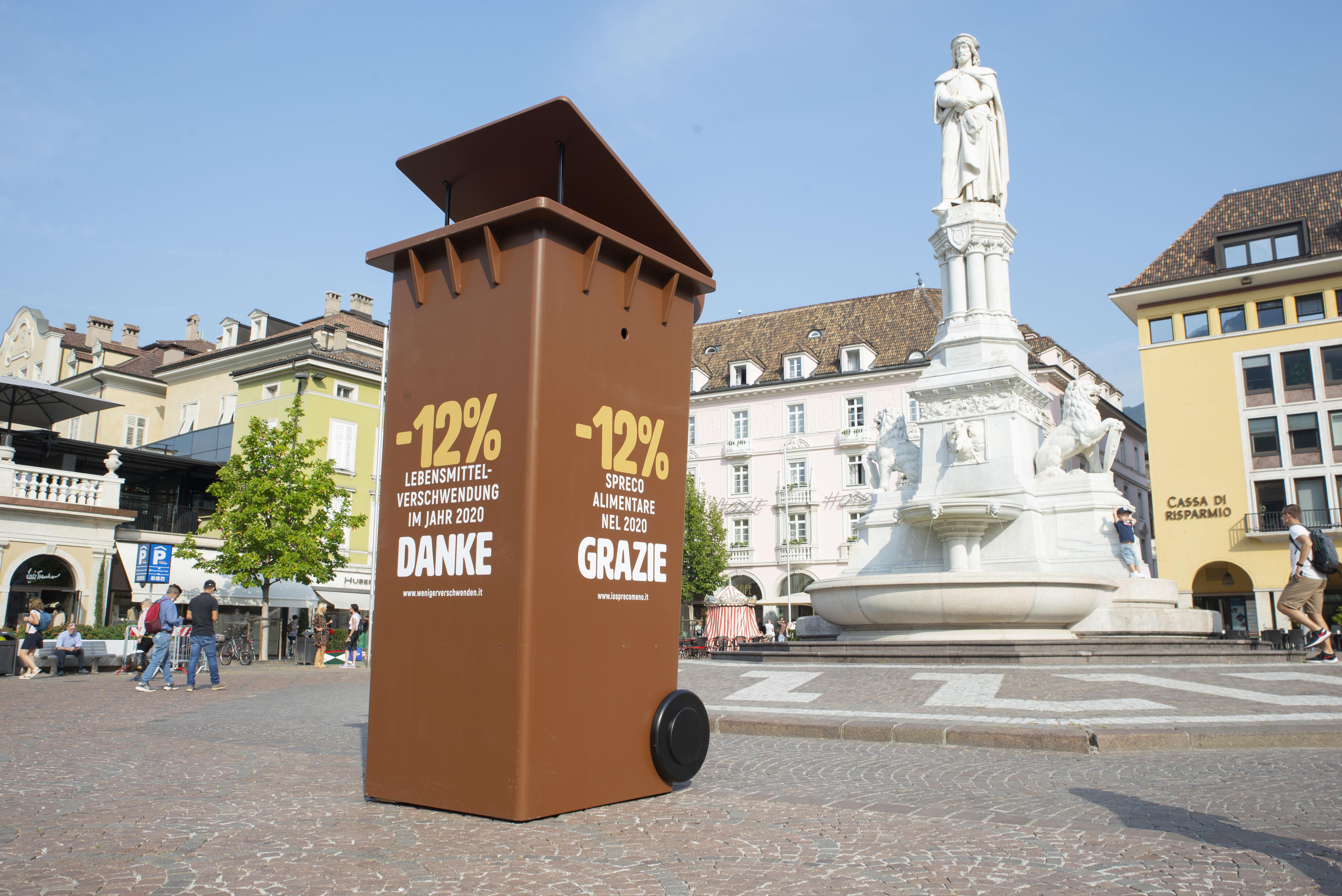 Die Mülltonne als Symbol für die Kampagne gegen Lebensmittelverschwendung in Bozen